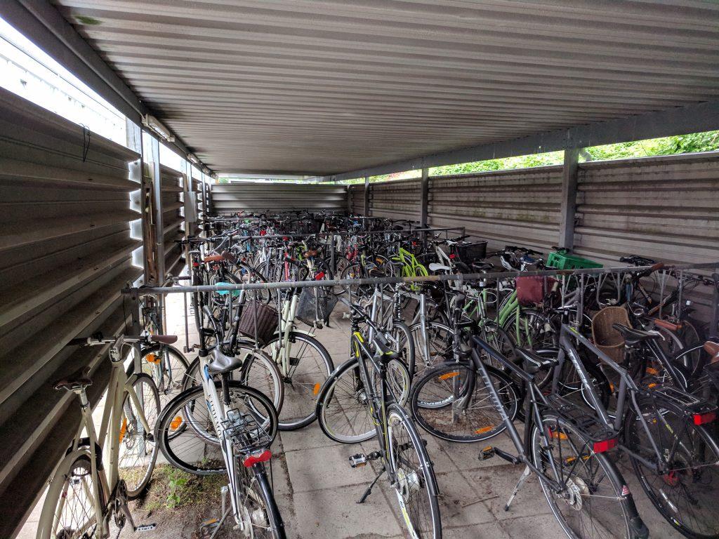 Inde i cykelskuret